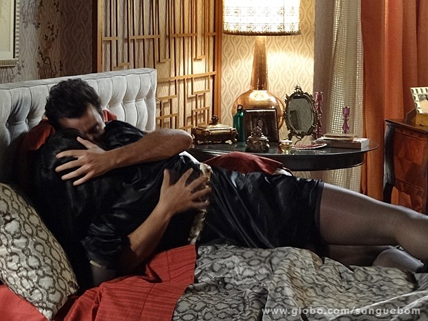 Amantes latinos! Os dois se atracam na cama de Damáris (Foto: Sangue Bom/TV Globo)