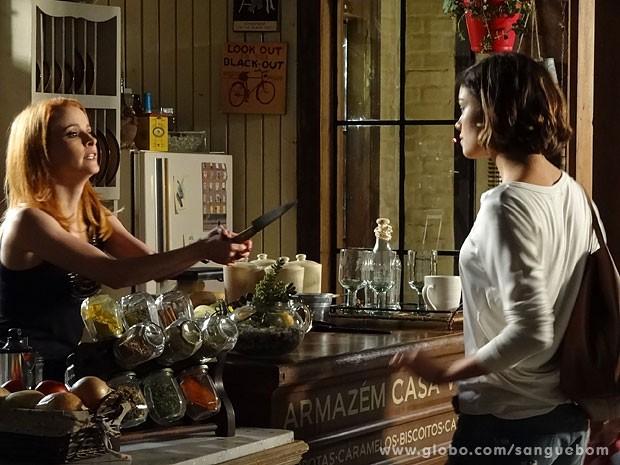 Lara aponta faca para Amora. Tenso! (Foto: Sangue Bom / TV Globo)