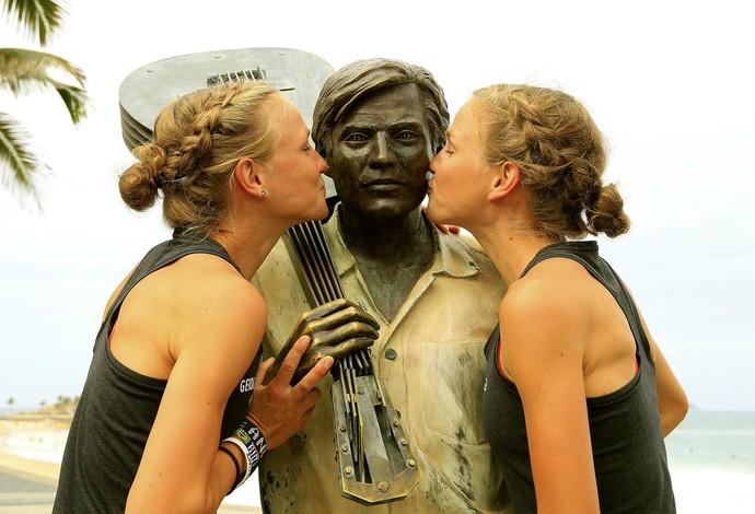 Gêmeas alemãs, maratonistas dão beijo na estátua de Tom Jobim (Foto: Marcelo de Jesus)