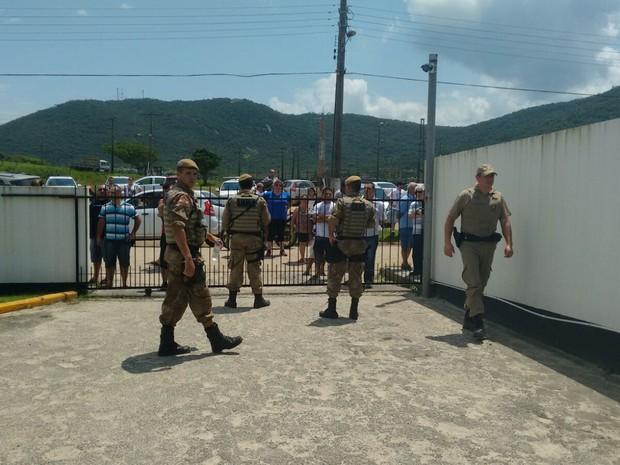Policiais militares ficaram no pátio da delegacia após prisão (Foto: Denise de Medeiros/ RBS TV)