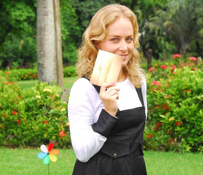 Angélica faz charme para a câmera durante gravação em 2010 (Foto: CEDOC / TV Globo)