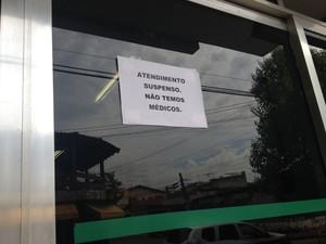 Cartaz na Santa Casa de Suzano avisa sobre a falta de médicos (Foto: Jenifer Carpani/ G1)