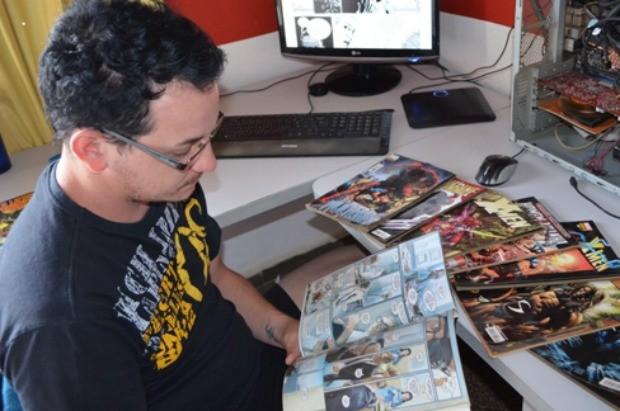 Chris Wentz além de comprar exemplares baixa da internet. (Foto: Flávio Godoi/G1)