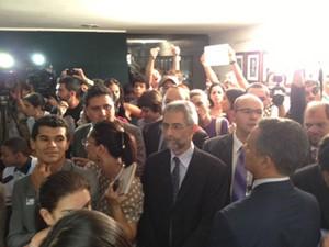 Atrás de jornalistas e assessores, ativistas do movimento gay protestam na porta da Comissão de Direitos Humanos (Foto: Fabiano Costa/G1)