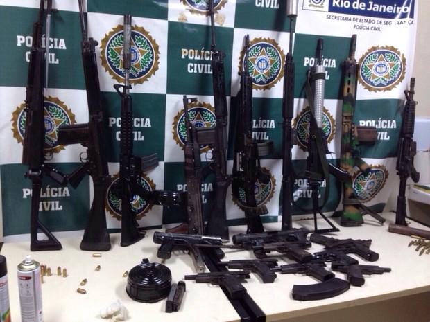 Armas foram apreendidas na garagem do sargento da Marinha (Foto: Divulgação/Polícia Civil)