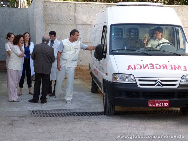 Eles contam com a ajuda de médicos e da família de Bruno (Foto: Amor à Vida/ TV Globo)