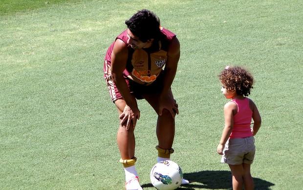 Guilherme com a filha Giovanna no treino do Atlético-MG (Foto: Lucas Catta Prêta / Globoesporte.com)