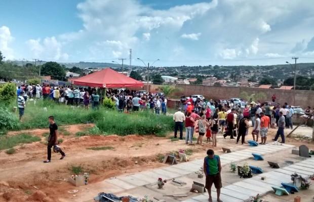Corpos de parentes de policial militar são enterrados em Santo Antônio do Descoberto, Goiás (Foto: Jardely Pascoal/TV Anhanguera)