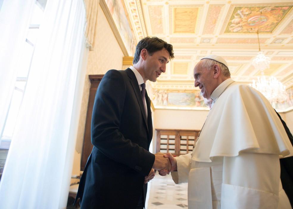 Papa Francisco e premiê canadense Justin Trudeau durante audiência no Vaticano (Foto: Osservatore Romano/Handout via REUTERS )