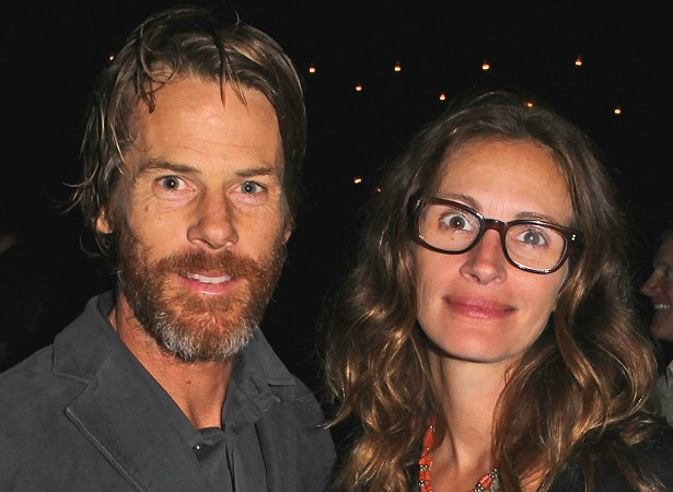 Julia Roberts e o diretor de fotografia Daniel Moder tiveram o casal de gêmeos Hazel e Phinnaeus em 2004. (Foto: Getty Images)