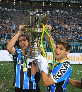 Grêmio título Copa do Brasil festa taça troféu Kannemann Geromel (Foto: Diego Guichard / GloboEsporte.com)