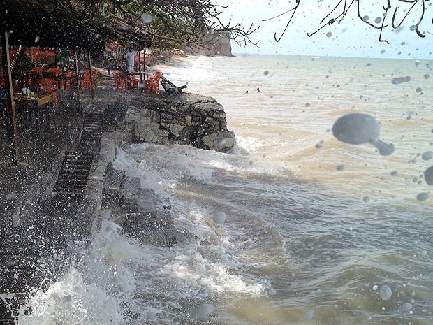 De acordo com a Tábua de Marés, nos próximos dias a maré subirá ainda mais, chegando a 2,5m principalmente na terça, quarta e quinta-feiras. Além de estruturas construídas, coqueiros e árvores também são derrubados pela força do mar. (Foto: Walter Paparazzo/G1)
