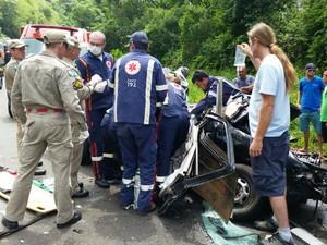 Motorista de um dos carros também morreu no local (Foto: Ivânia Bonatto/ Diário da Informação)
