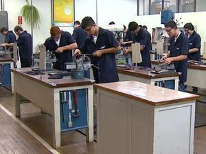 Estudantes de cursos profissionalizantes na unidade São Carlos (Foto:  Adriano Ferreira/EPTV)
