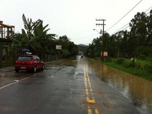 Rua Primeiro de Janeiro, no bairro Itoupava Norte, alagou neste domingo (22) em Blumenau (Foto: Marina Petri/RBS TV)