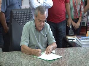 Prefeito Antônio Júlio assina termo de homologação (Foto: TV Integração/Reprodução)