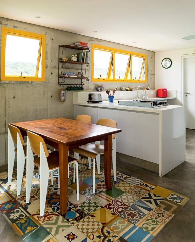 cozinha-ladrilho-mesa-de-jantar-cadeiras-bancada (Foto: Edu Castello/Editora Globo)