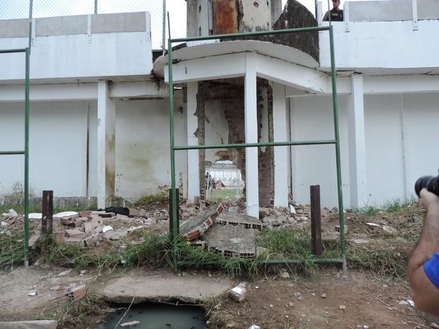 Buraco aberto na muralha do Presídio Frei Damião de Bozzano, no Complexo do Curado, no dia 23/01/2016 (Foto: Katherine Coutinho / G1)