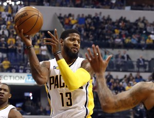 Paul George, do Indiana Pacers, é marcado por Malcolm Delaney, do Atlanta Hawks (Foto: Reuters/Brian Spurlock-USA TODAY Sports)