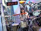 Andrew W.K. toca bateria por 24h e bate recorde em premiação nos EUA