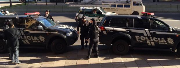 Segurança foi reforçada em delegacia de Porto Alegre (Foto: Tatiana Lopes/G1)