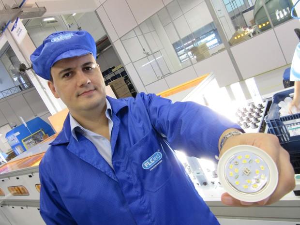 FLC deixou de ser somente importadora e virou fabricante de lâmpadadas (Foto: Darlan Alvarenga/G1)