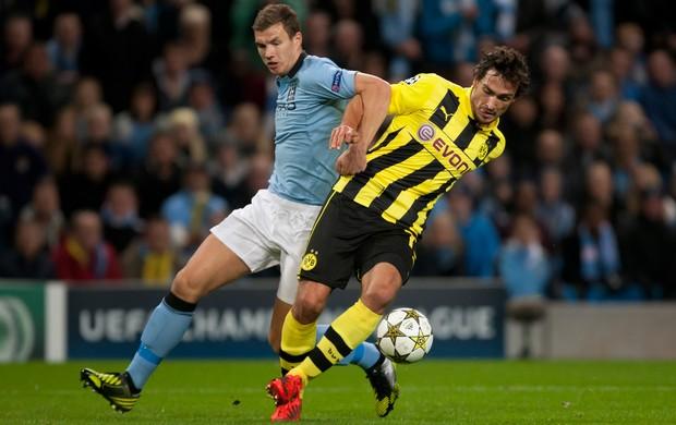 Edin Dzeko e Mats Hummels Manchester City x Borussia foto AP (Foto: AP)