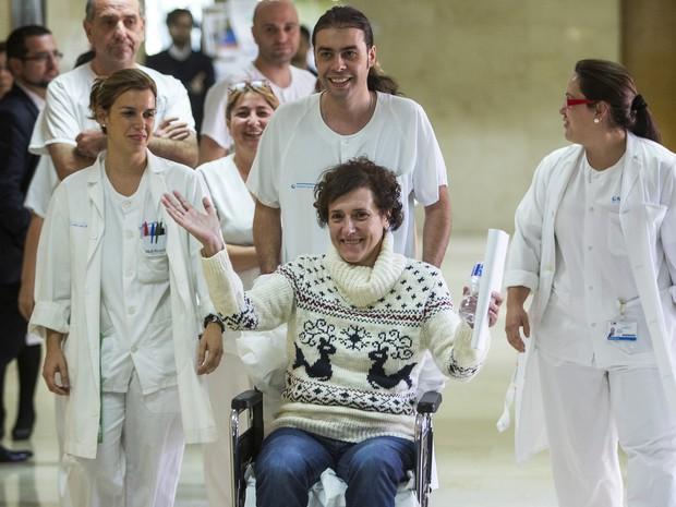 A enfermeira Teresa Romero é fotografada com corpo clínico de hospital em Madri após receber alta. Ela foi contraiu ebola e se curou do vírus (Foto: Andres Kudacki/AP)
