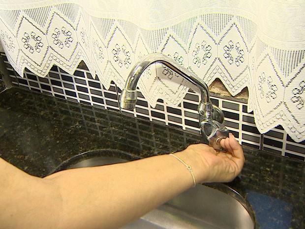 Moradores reclamam da falta de água em Guaratinguetá. (Foto: Reprodução/TV Vanguarda)