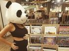 Rafa Brites exibe o barrigão em foto com cabeça de panda