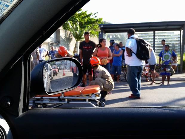 Acidente com moto na Wilson Mendes, em Cabo Frio (Foto: Fernanda Soares/G1)