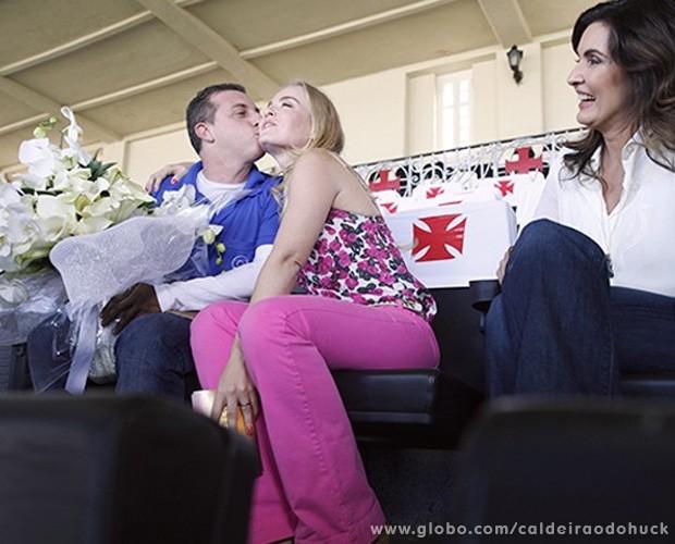 Huck retribiu surpresa com um beijo em Angélica (Foto: Caldeirão do Huck/TV Globo)