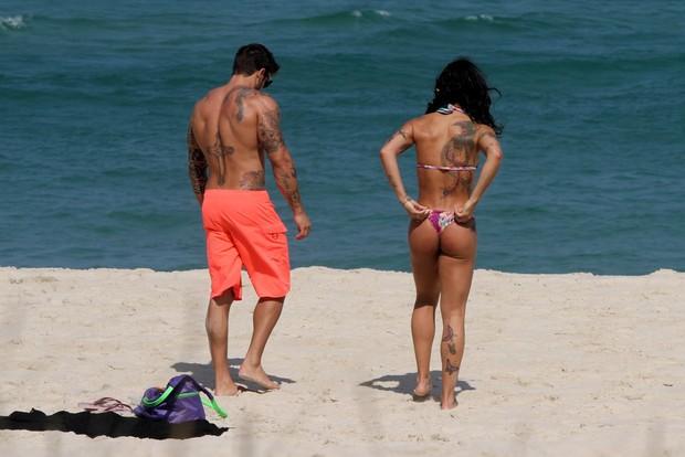 Jaque Khury e marido na praia (Foto: GRAÇA PAES- PHOTO RIO NEWS)
