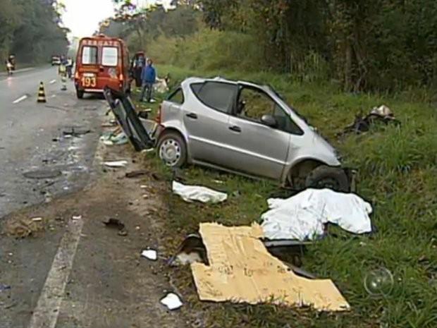 Um homem e uma mulher que estavam em um dos carros morreram no local (Foto: Reprodução / TV Tem)