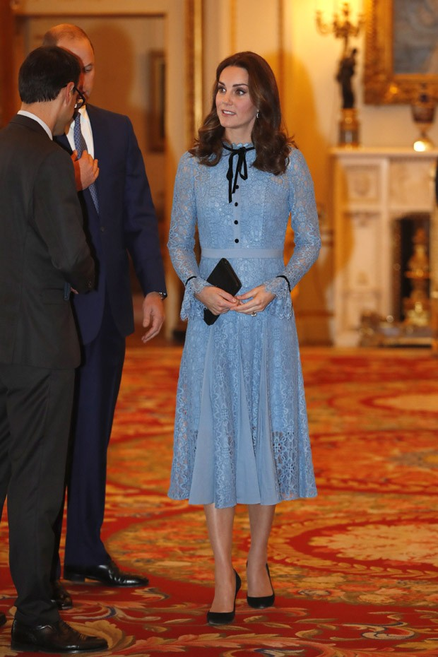 LONDON, UNITED KINGDOM - OCTOBER 10:  Catherine, Duchess of Cambridge supports World Mental Health Day at Buckingham Palace on 10, October 2017 in London, England. (Photo by Heathcliff O'Malley - WPA Pool/Getty Images) (Foto: Getty Images)