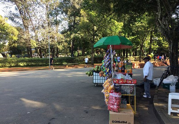 Ambulante na entrada do Parque Ibirapuera, em São Paulo (Foto: Reprodução/Facebook)