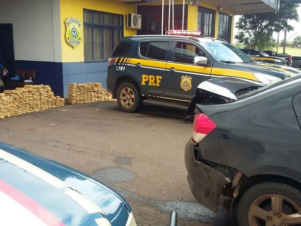 Droga encontrada nos veículos com placas da Argentina (Foto: PRF/Divulgação)