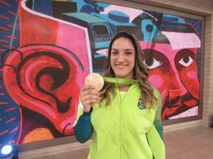 Mayra Aguiar exibe orgulhosa sua medalha de bronze (Foto: Renata Viot/Gshow)