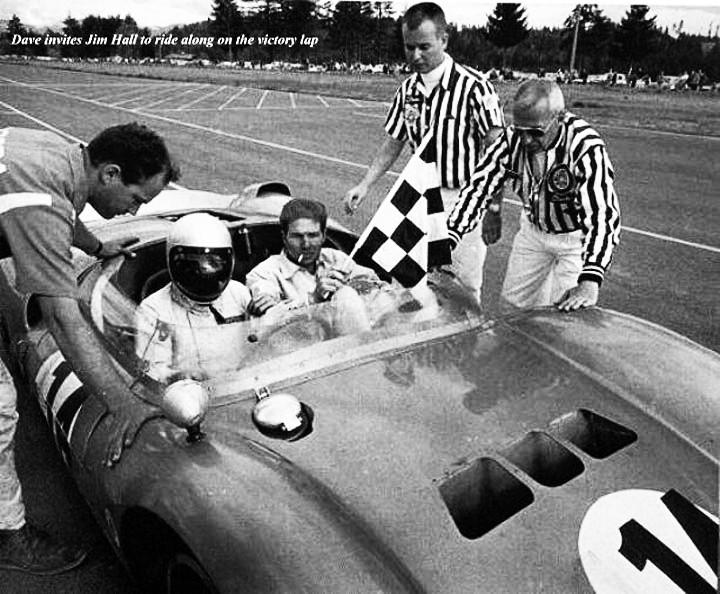 Vitorioso e elegante, MacDonald convida Jim Hall para a volta da vitória a bordo do seu Cooper-Ford King Cobra. (Foto: Reprodução/Dave MacDonald)