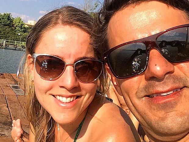 Lívia Salles e o marido: administradora de empresas luta há 10 anos para manter vivas memórias recentes (Foto: Arquivo pessoal/Lívia Salles)
