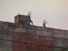 Jovens são flagrados se arriscando para fazer fotos em alto de prédio