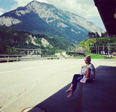 A vocalista do No Doubt postou foto em seu Instagram amamentando o filho durante viagem à Suíça. (Foto: Instagram)