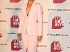 Rihanna investe em figurino comportado para ir a première