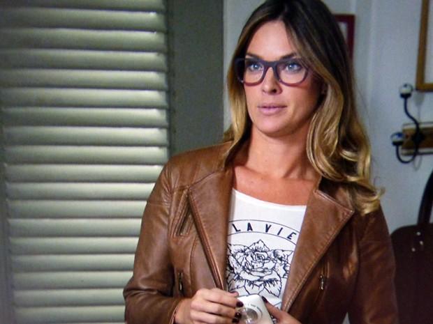 Érika entra em contato com Danielle para conseguir um convite (Foto: Império / TV Globo)