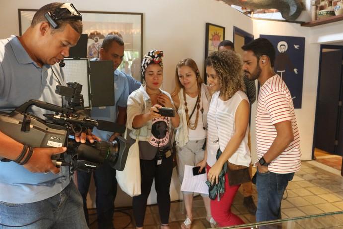 Filmando, indo pro ar e usando o celular como monitor (Foto: TV Bahia)