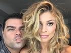 Grazi Massafera faz 'carão' em selfie com maquiador e posa decotada