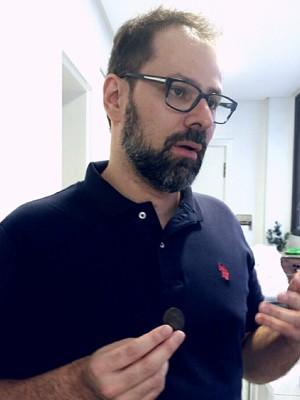 Manoel fala sobre os objetos encontrados na escavações (Foto: Manoel Gonzalez/Arquivo Pessoal)