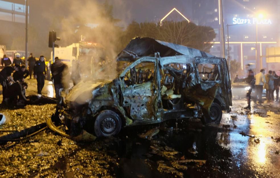Veículo danificado é visto após explosão em Istambul, Turquia (Foto: Murad Sezer/Reuters)