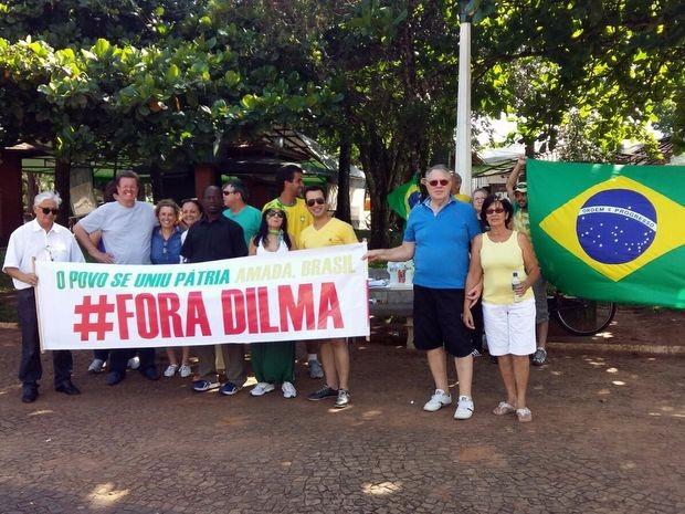 Grupo se reuniu em frente à igreja da Matriz em Avaré para protesto contra Dilma (Foto: Adolfo Lima/TV TEM)