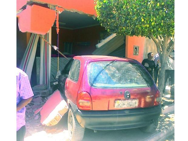 Carro invade casa no bairro João de Deus em Petrolina, PE (Foto: Arquivo pessoal)